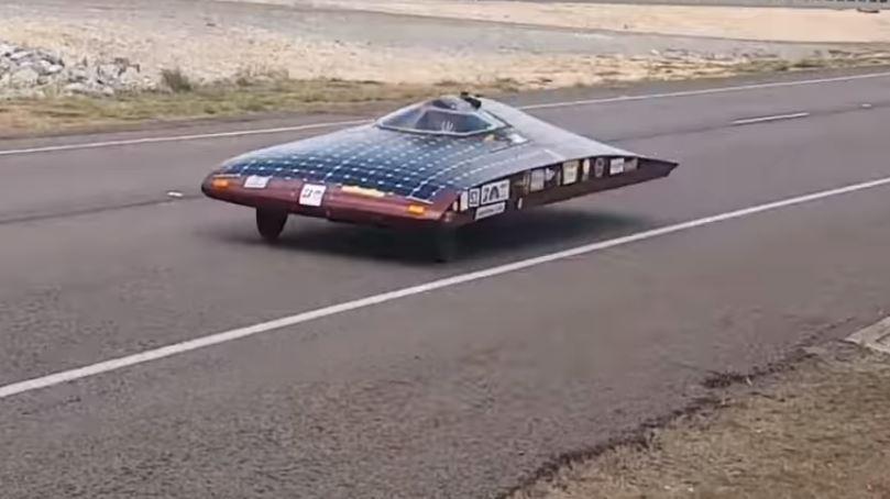 Дозарядка аккумуляторных батарей электромобиля на ходу с помощью солнечных батарей