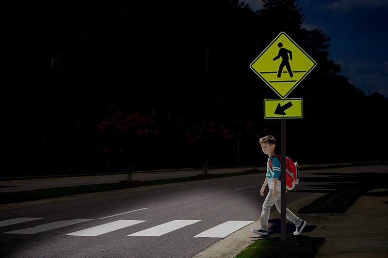 Адаптивные автомобильные фары могут распознавать на дороге пешеходов и подавать им сигнал о приближении автомобиля
