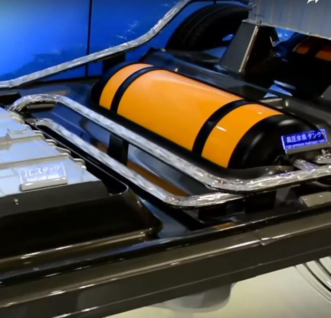 Хранилище водорода высокого давления Mirai имеет аккумуляторную батарею сверху