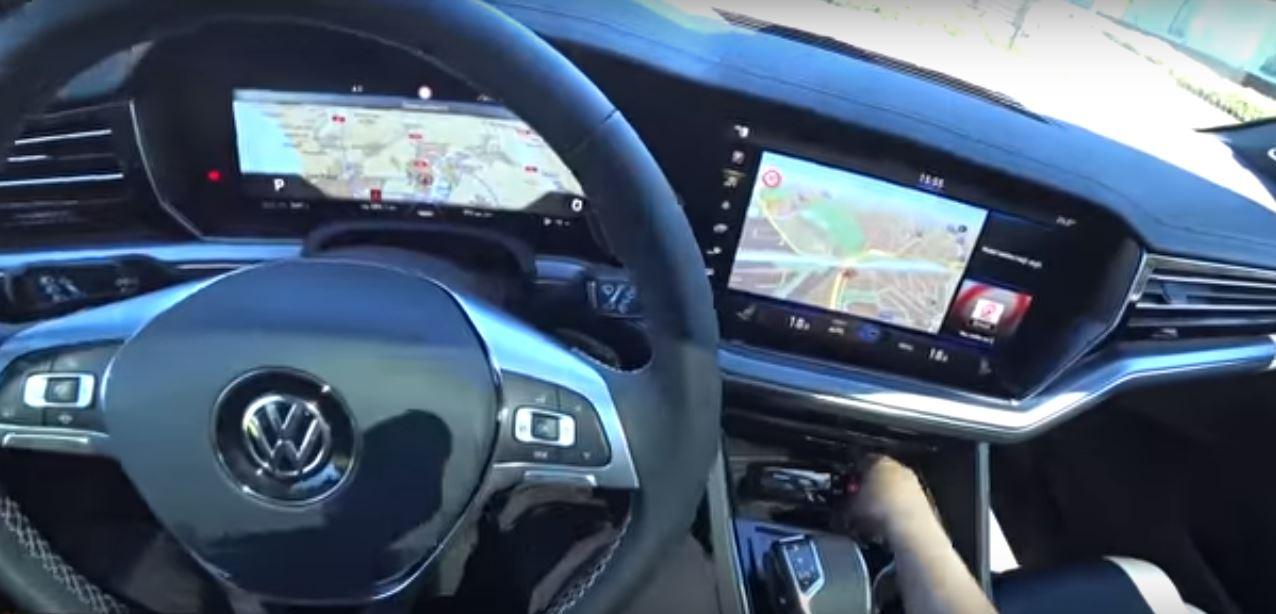 Изогнутые приборные панели позволяют улучшить угол обзора водителя и избавиться от солнечных бликов
