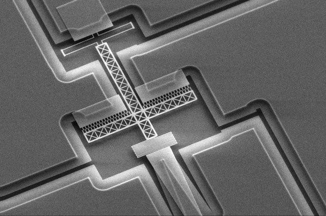 Миниатюрное устройство управления лучом KTH имеет размеры примерно 100 мкм, и его лучше всего наблюдать под микроскопом