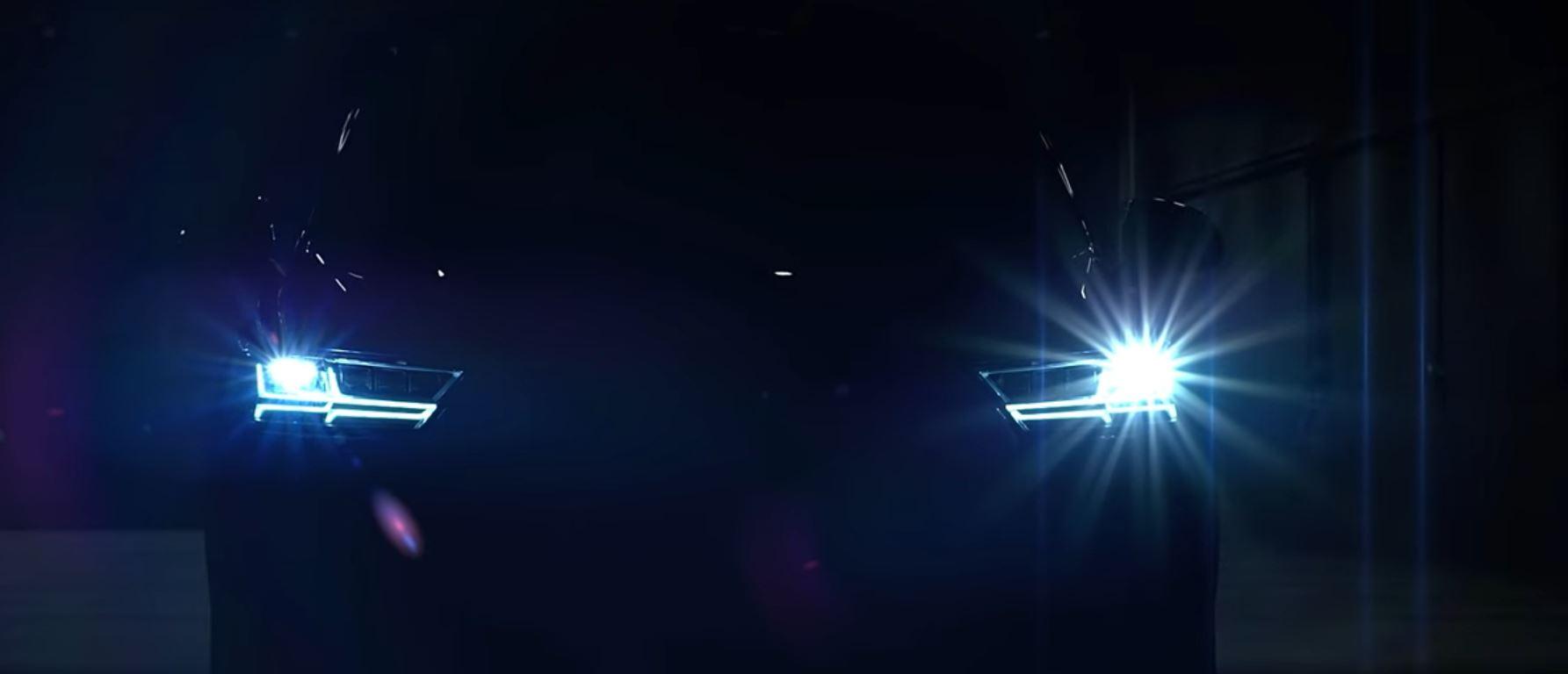 Показан автомобиль с современным ближним светом, имеющий Modern Low Beam с дневными ходовыми огнями