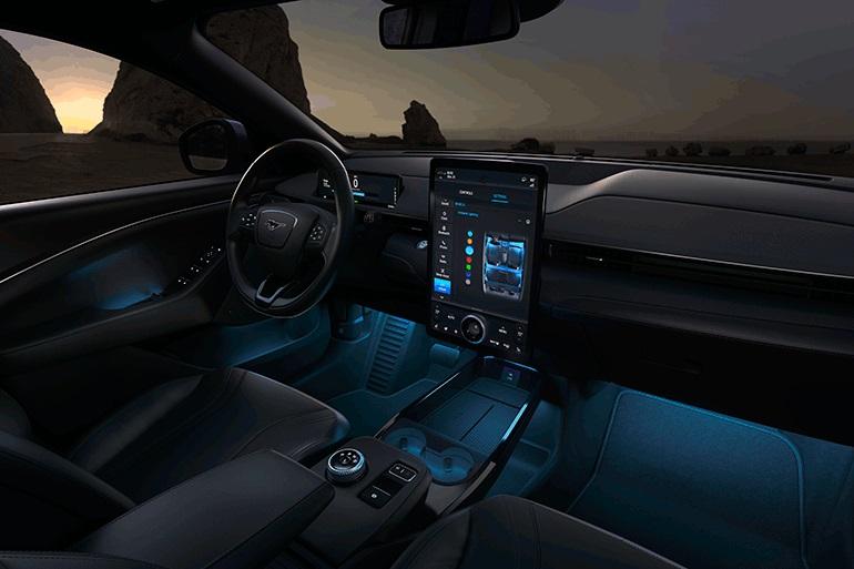 Футуристический интерьер Mustang Mach-E оснащен большим центральным дисплеем