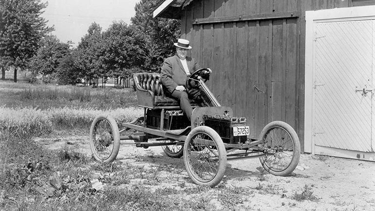 Фред Аллисон, который был инженером-электриком в Ford, сидит на втором прототипе электромобиля Ford