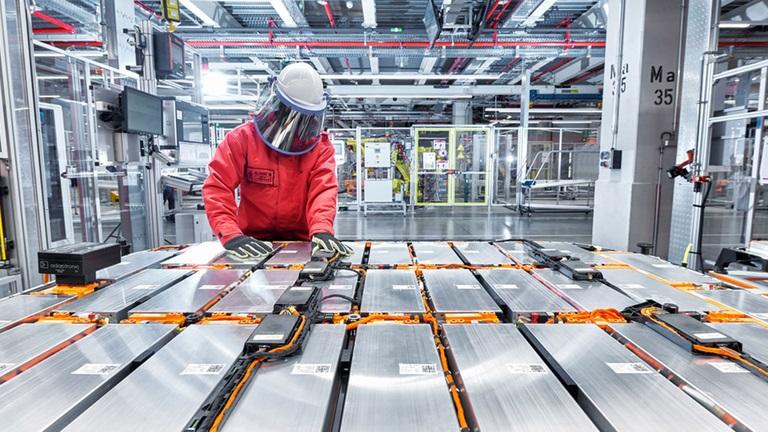 Audi и Umicore запускает процесс переработки высоковольтных аккумуляторных батарей электромобилей в катоды и прекурсоры