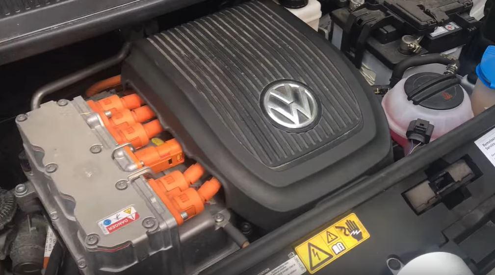 Визуальные отличия под капотом электромобиля а обычного автомобиля