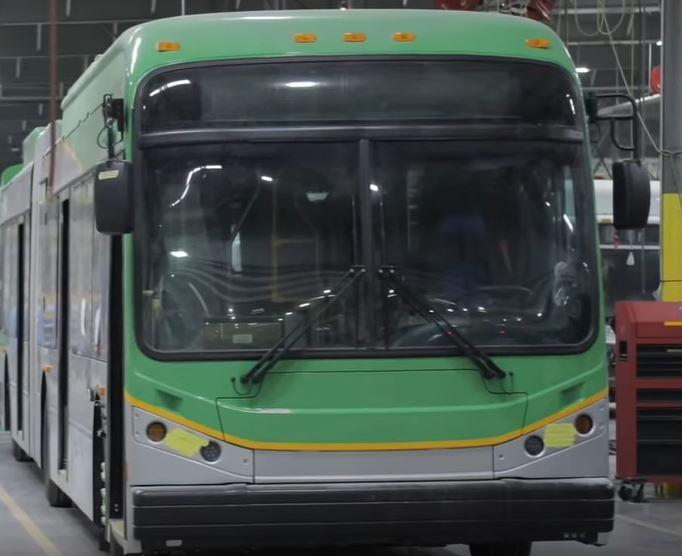 Дубаи запустили тестирование беспроводной зарядки автобусов встроенной в дорогу