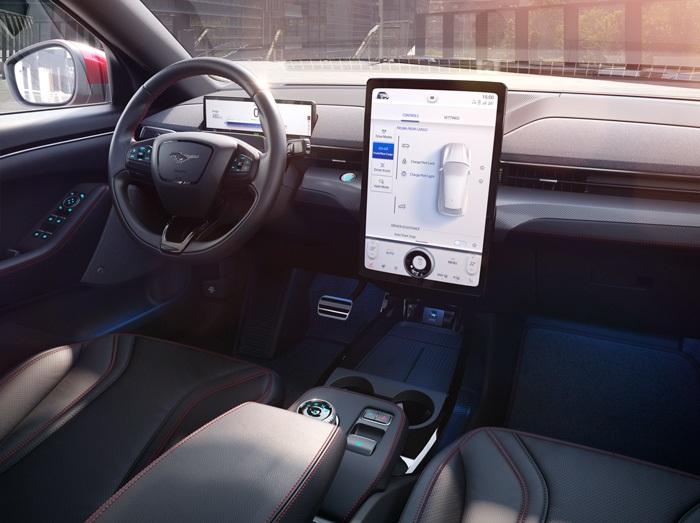 Ford Mustang Mach-E имеет сенсорный экран 15,5 дюйма для удобства управления автомобилем и отображения информации