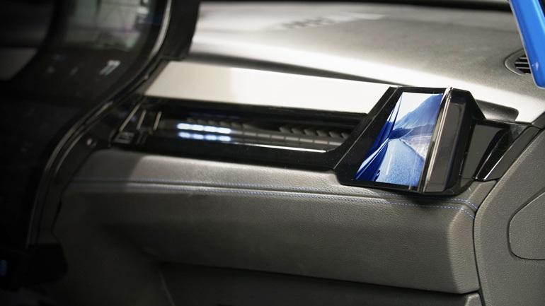 В качестве замены зеркала бокового вида используется встроенный в поверхность изогнутый OLCD-дисплей