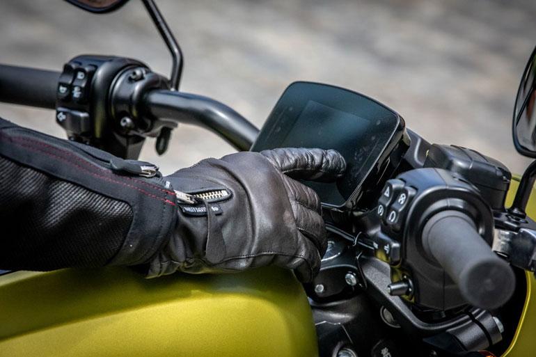 Мотоциклисты получают доступ ко многим функциям LiveWire через сенсорный экран TFR. Обратите внимание, что он был разработан для работы байкеров в перчатках