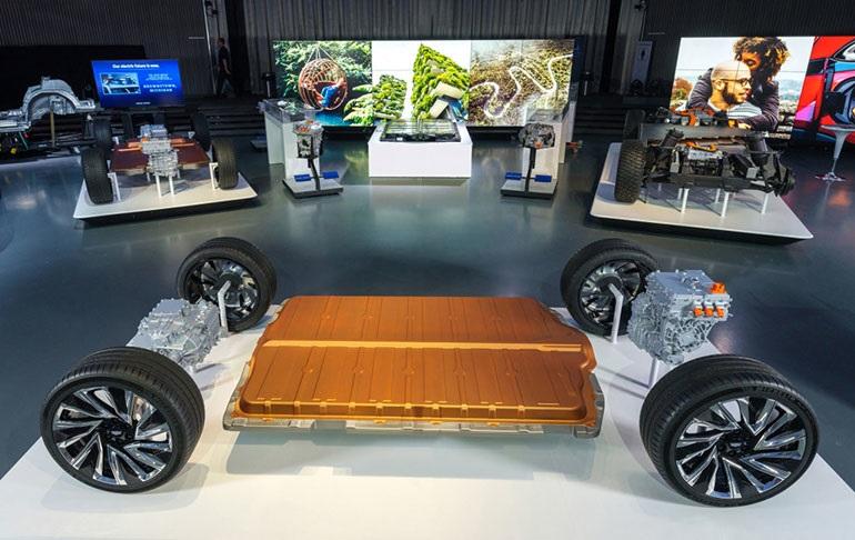 Показана модульная платформа и аккумуляторная система General Motors под названием Ultium. Компания утверждает, что батарея в 1 миллион миль находится «в пределах досягаемости»