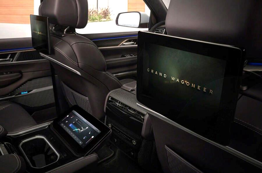 Jeep Grand Wagoneer имеет современные дисплеи для пассажиров на задних сиденьях