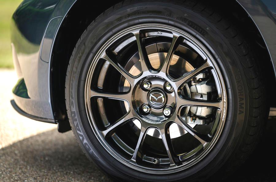 mazda mx 5r sport имеет отличную управляемость даже на мокрой и скользкой дороге