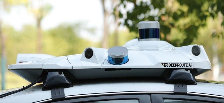 DeepRoute-Sense - это тонкий автомобильный бокс на крыше, оснащенный восемью высокодинамическими камерами,  тремя LiDAR, GNSS и другими датчиками. Включает в себя контроллеры связи и синхронизации данных