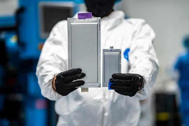 22-слойный твердотельный литий-металлический аккумулятор емкостью 20 Ач сравнивается с 10-слойным аккумулятором емкостью 2 Ач первого поколения