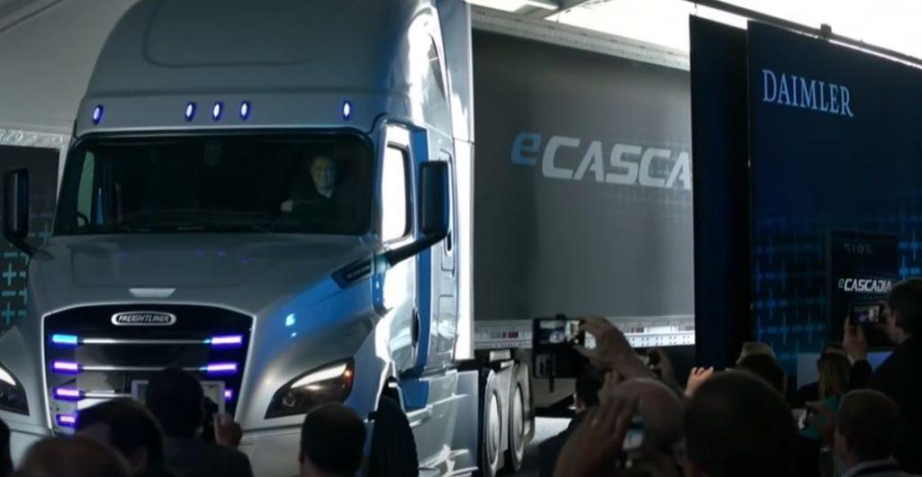 Daimler презентовал свой электрический тягач Freightliner eCascadia Class 8