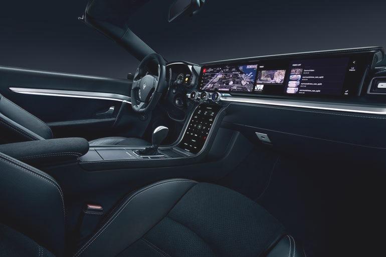 Инновационные концепции дизайна интерьера, такие как Harman Digital Cockpit, представленный на выставке CES в 2018 году, отличаются широким стеклянным экраном.